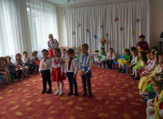 Винниківські малюки вітали з весною та Днем матері