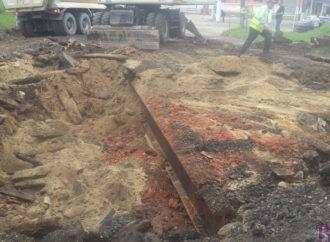 На вулиці Галицькій під асфальтом виявлено конструкцію з металу та дерева
