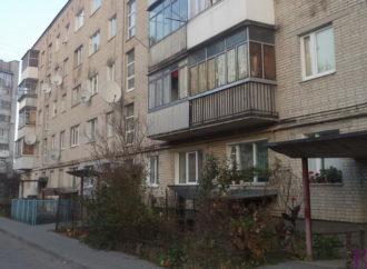 У будинках на вулиці Кільцевій  у Винниках ремонтують дахи над входами у під'їзди