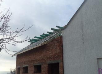 Над новозбудованим приміщенням БДЮТ споруджують дах