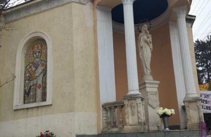 Крадуть квіти, які приносять до фігури Матері Божої