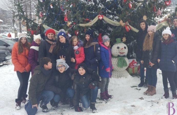 Винниківські діти тішаться незвичній ялинці та симпатичним сніговикам-вартовим