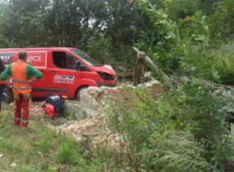 У Підгірному, що неподалік Винник,  мікроавтобус розвалив цегляний будинок