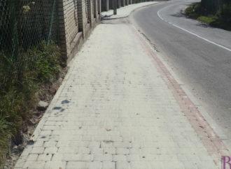 На вулиці Стуса у Винниках споруджують новий тротуар