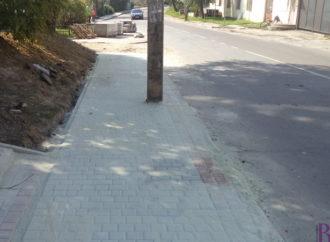 На вулиці Шевченка у Винниках забрукують частину тротуару