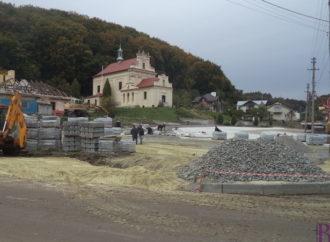 У Винниках брукують площу перед костелом і  готуються до відкриття пам'ятника Іванові-Павлу II