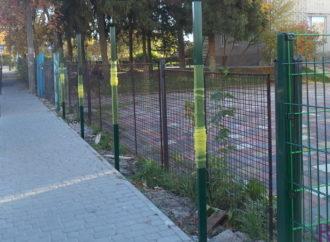 У дитячому садочку №156 у Винниках споруджують новий паркан