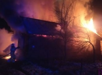 Після пожежі у Винниках, вогнеборці рятували дерев'яний будинок у Чижикові