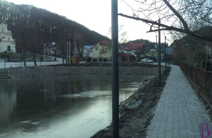 У Винниках спорудили мережу освітлення та забрукували доріжки навколо озера