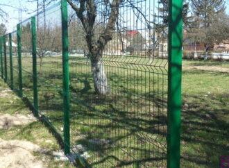 У Винниках споруджують паркан у СЗШ №47