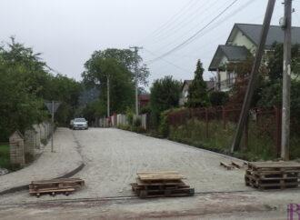 У Винниках забруковано ще одну вулицю