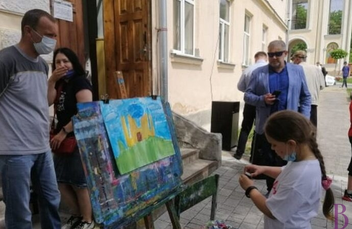 """Недільний день за мольбертом: у Винниках відбувся конкурс малюнка """"Молодь має супер силу"""""""
