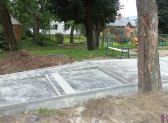 У Винниках забруковують доріжки у парку на вулиці Галицькій