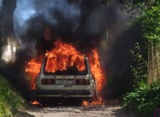 Спалахнула як сірник: у Винниках загорілася автівка (фото)
