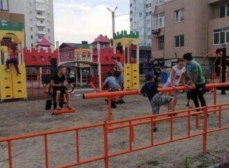 Безкоштовні тренування просто неба: у Винниках встановили перший тренажерний майданчик