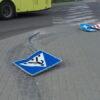У Винниках автомобіль знищив дорожні знаки