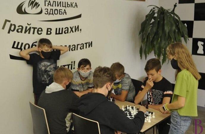 Локації для спілкування та гри в шахи, фотозони: фоє СЗШ № 29 осучаснили (фото)