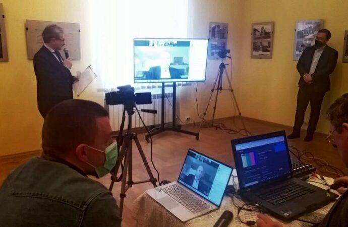 Чорно-біла історія Львова, Покуття та Гуцульщини: у Винниках відкрили виставку світлин Юліана Дороша