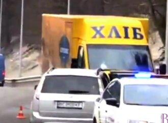Лоб у лоб: на новій дорозі до Винник знову аварія (фото)