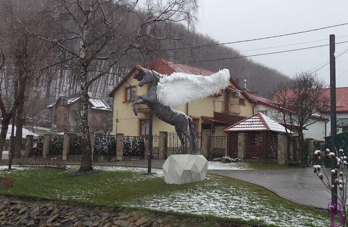 У Винниках скульптуру знаменитого Пегаса перемістили на постамент