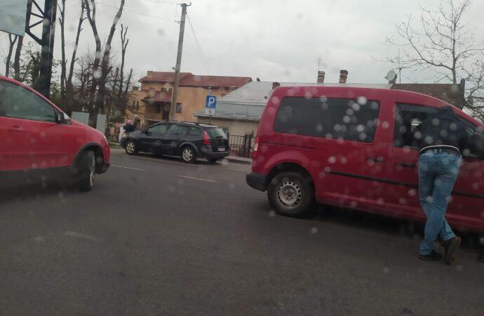 """Два червоні авто марки """"Volkswagen"""" потрапили в ДТП"""