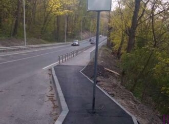 Посеред велопішохідної зони дороги до Винник необдумано встановили дорожні знаки?