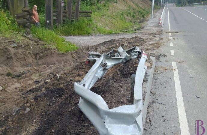 На дорозі Львів-Винники вантажівка в'їхала у відбійник на пішоходному переході: фото після ДТП