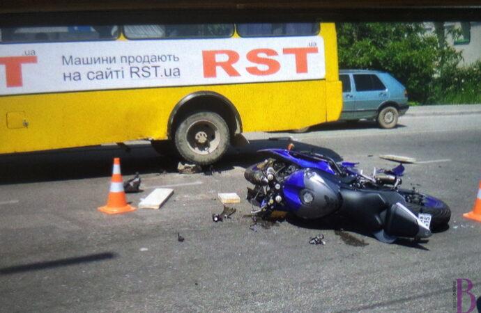 У центрі Винник жахлива ДТП: розбився мотоцикліст